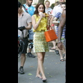 Leighton Meester Chows Down On A Pretzel While Filming <em>Gossip Girl</em>