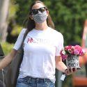 Jennifer Garner Hand Delivers Flowers To A Girlfriend's Office