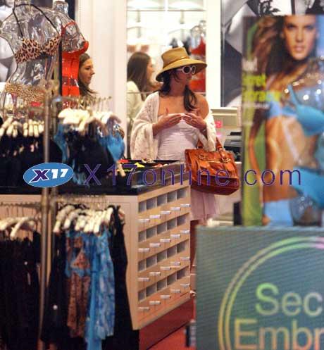Britney Spears BSpearsVictoria032507shop_2.jpg