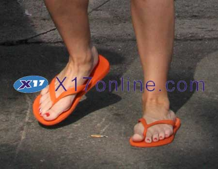 Denise Richards orangeflipflops.jpg
