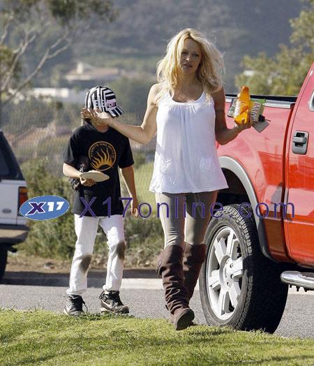 Pamela Anderson PANDERSON011208_06.jpg