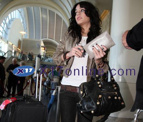 Vanessa Hudgens VHUDGENSAIRPORT0217_06.jpg