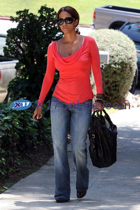 Halle Berry HBerry090708_007_X17.jpg