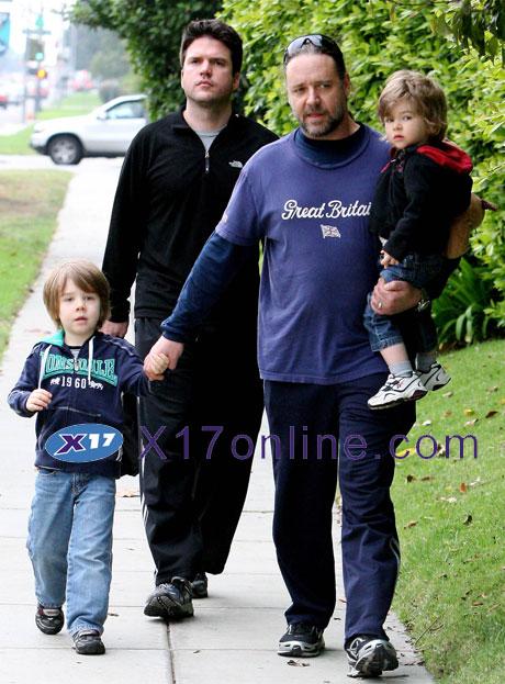 Russell Crowe rcrowekids112508_09_X17.jpg