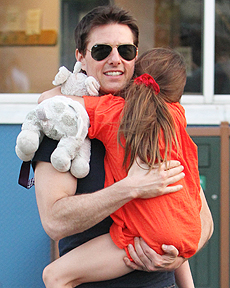 tom-cruise-carrying-suri-230.jpg