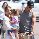 "<em><span class=""exclusive"">EXCLUSIVE PHOTOS</span></em> - Picture-Perfect Couple Chris Hemsworth And Elsa Pataky Run Errands With Their Darling Daughter India"