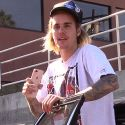"""<em><span class=""""exclusive"""">EXCLUSIVE VIDEO</span></em> - Justin Bieber Tells The Paparazzi How To Do Their Job"""